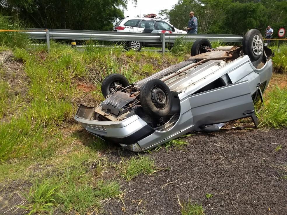 Capotamento ocorreu após um dos pneus do veículo estourar  — Foto: Corpo de Bombeiros