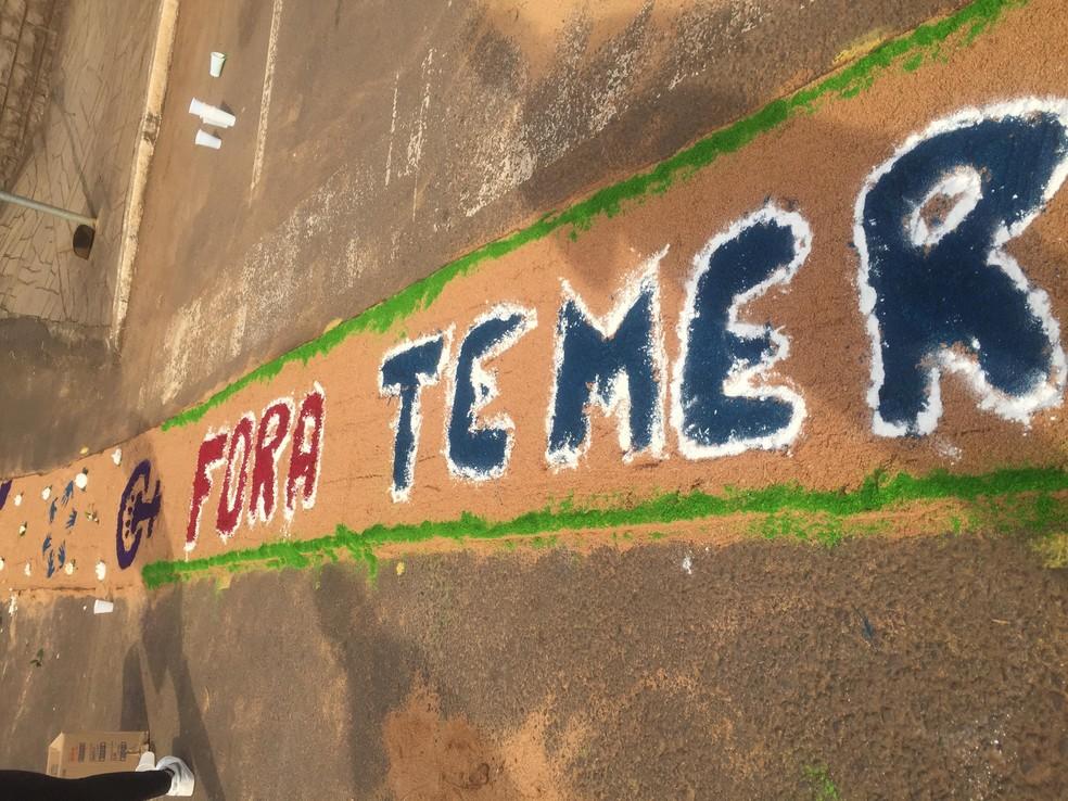 """Primeira versão do tapete tinha a frase """"fora Temer"""", depois modificada para """"amar sem temer (Foto: Arquivo Pessoal )"""