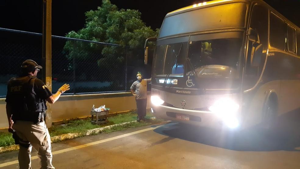 Passageiros são orientados sobre quarentena para evitar contágio do coronavírus — Foto: Divulgação/PRF