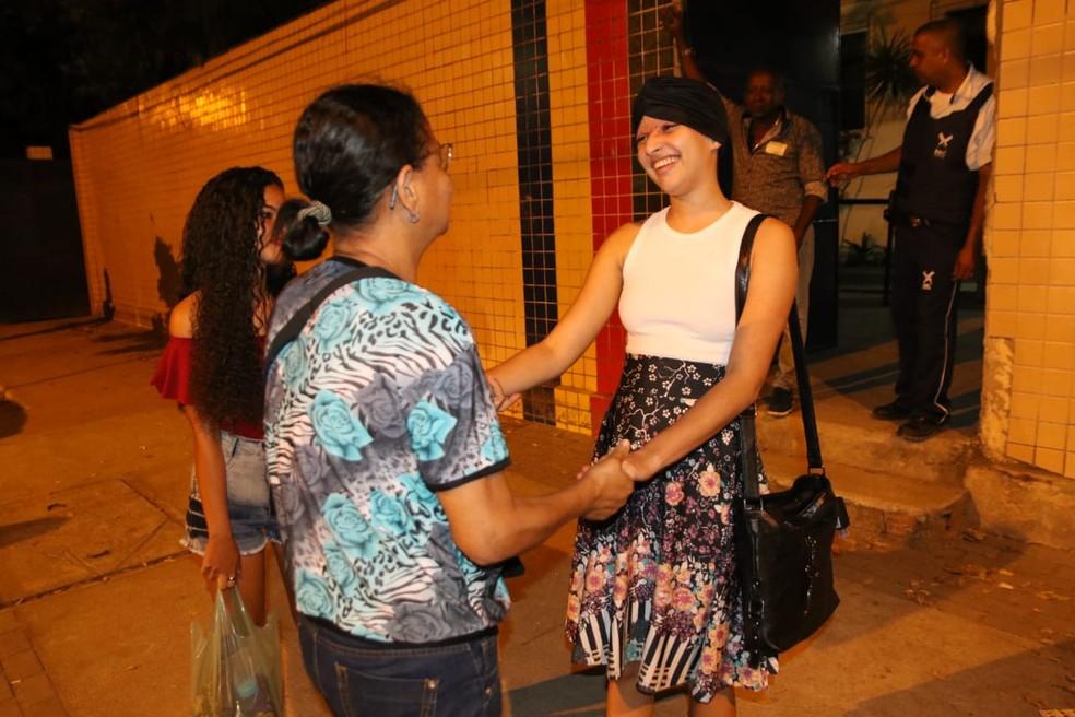 ENEM 2019 - DOMINGO (10) - RECIFE (PE) - Débora Oliveira, que sofreu um acidente de kart em agosto deste ano, conversa na saída do segundo dia de provas do Enem — Foto: Marlon Costa/Pernambuco Press
