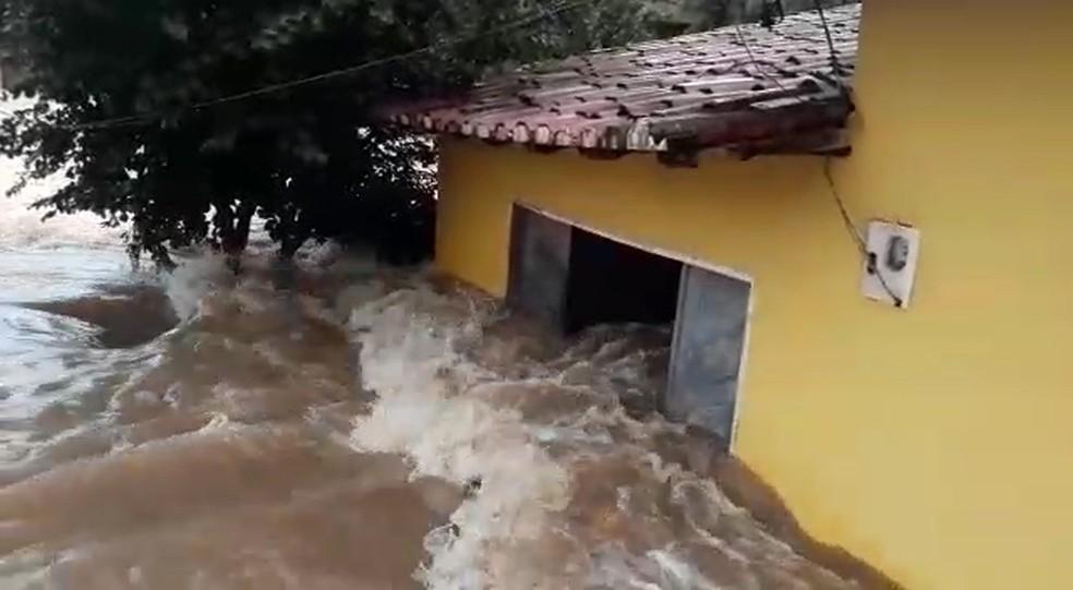 Vídeo gravado por morador mostra força da água invadindo uma das casas em Tuntum (MA). (Foto: Reprodução/Paulino Silva)