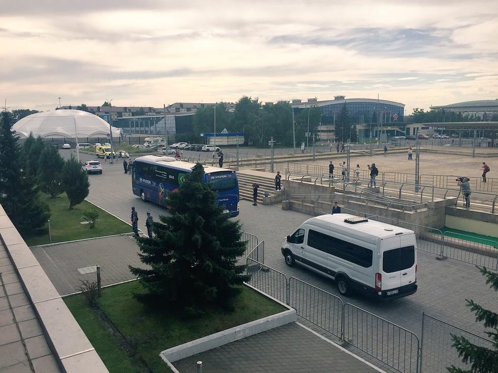 Ônibus da Seleção deixa o hotel em Kazan (Foto: Edgard Maciel de Sá)