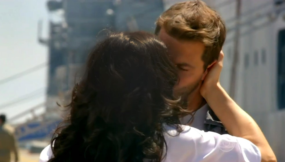 Cristal (Moro Anghileri) dá beijo de despedida em Cassiano (Henri Castelli) - 'Flor do Caribe' — Foto: Globo