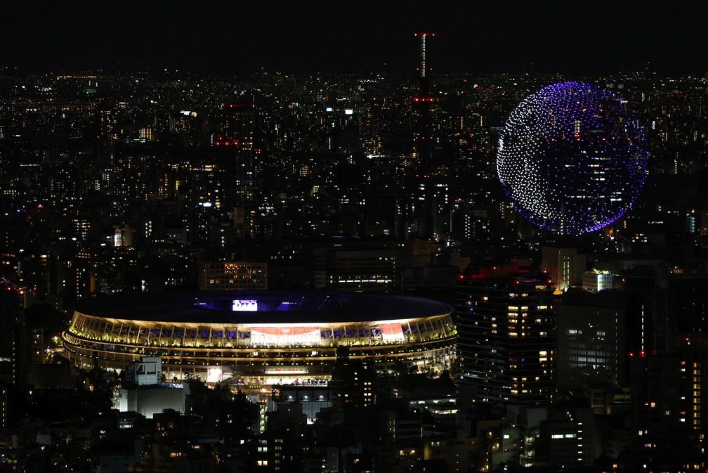 Drones no céu fazem o formato do planeta Terra durante a cerimônia de abertura dos Jogos Olímpicos de Tóquio, no Japão — Foto: Kim Kyung-Hoon/Reuters