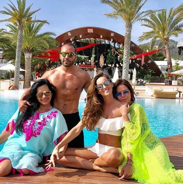 Izabel Goulart curtindo dia de sol com amigos em Ibiza (Foto: Reprodução/Instagram)