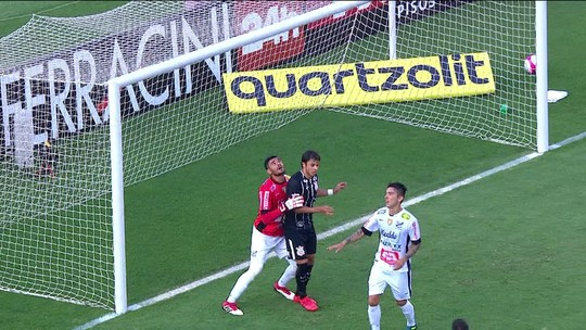 A Regra é Clara - 3º lance: Romero atrapalha goleiro do Bragantino. Árbitro dá gol