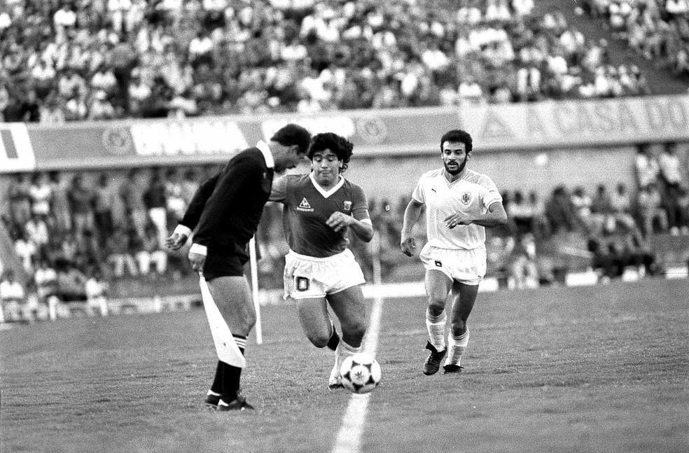 Maradona em ação no Serra Dourada em jogo da Argentina com Uruguai, em 1989 — Foto: O Popular