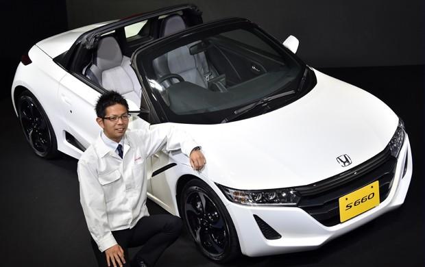 Honda S660 foi lançado nesta segunda-feira (30), no Japão. Na imagem, o engenheiro Ryo Mukumoto mostra o carro (Foto: YOSHIKAZU TSUNO / AFP)