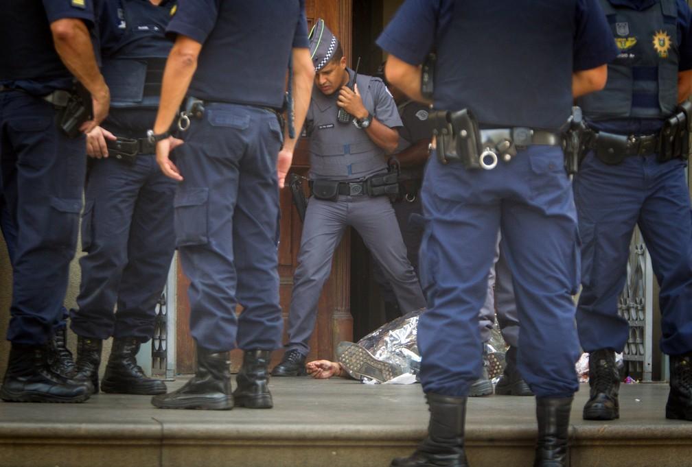 Policiais na cena de tiroteio que deixou 5 mortos, incluindo o atirador, na catedral de Campinas — Foto: REUTERS/Ricardo Lima