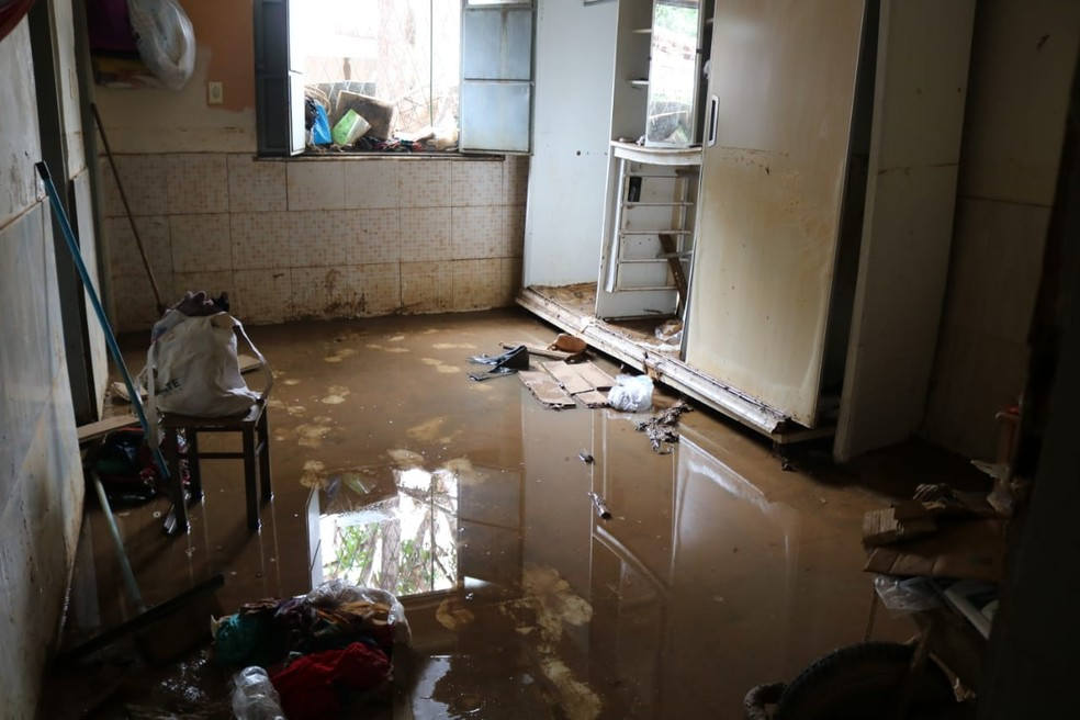 Casas foram completamente invadidas pela água da chuva em Teresina (Foto: Catarina Costa/G1)