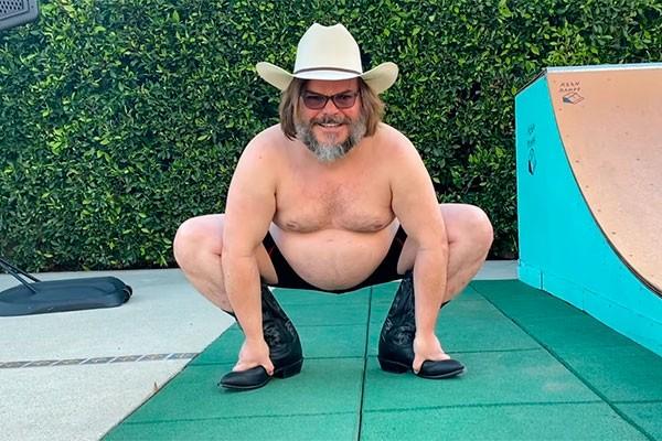 Jack Black dança no quintal de sua casa (Foto: reprodução)