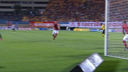 Após cobrança de escanteio, Luiz Eduardo cabeceia no poste superior aos 10' do 1T
