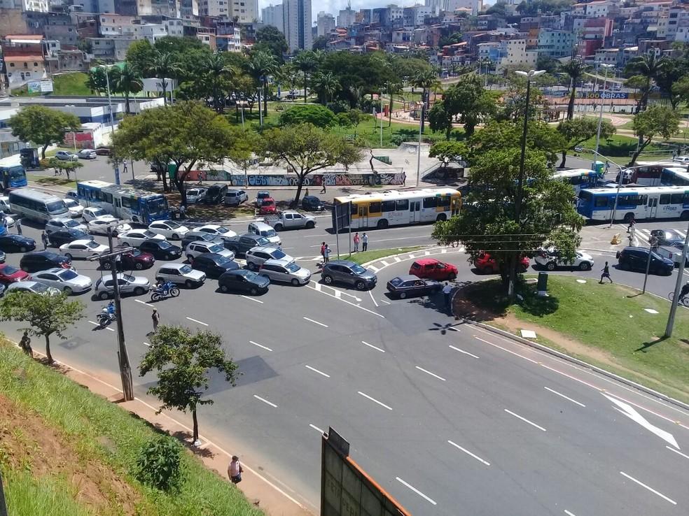 Grupo bloqueia trânsito na altura do bairro dos Barris, em Salvador (Foto: Paulino Silva/TV Bahia)