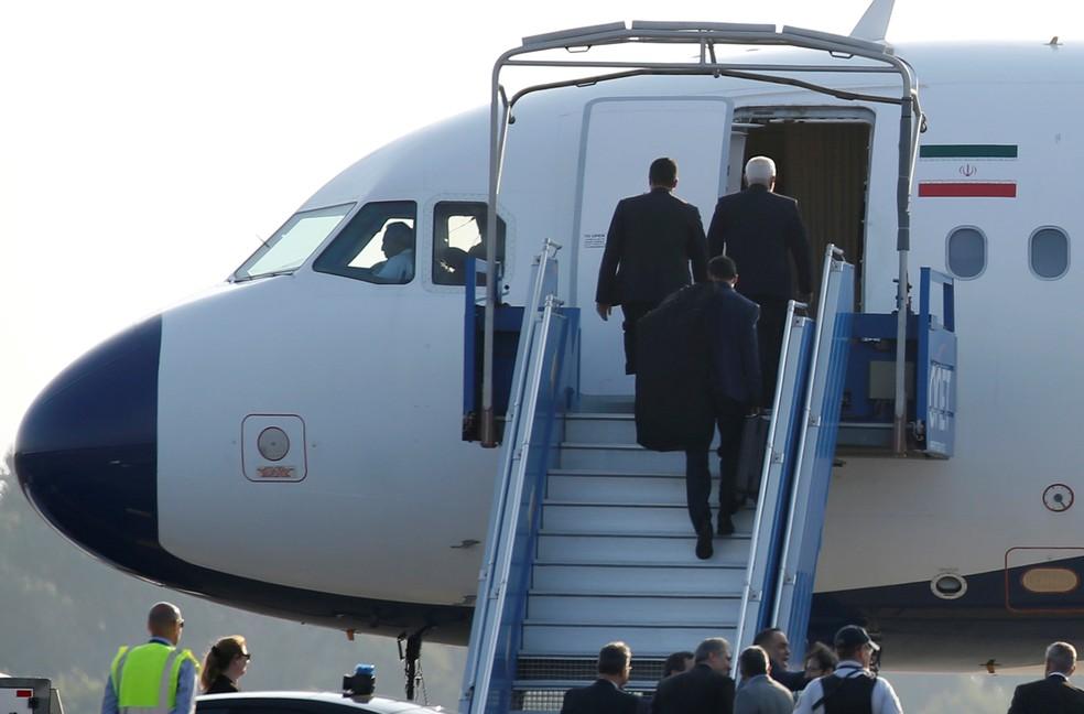 Avião do Irã em Biarritz, onde acontece o encontro de cúpula do G7 no domingo, 25 de agosto; o ministro de Relações Exteriores do Irã, Mohammad Javad Zarif , esteve no evento — Foto: Regis Duvignau/Reuters