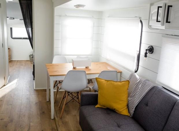 Os móveis são encostados nas paredes para que a movimentação no trailer seja facilitada (Foto: Brianne and Sean Walker/ Reprodução)