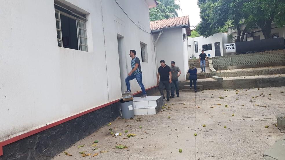 Suspeitos de praticar injúria racial contra segurança prestaram depoimento em delegacia — Foto: Saulo Luiz/TV Globo
