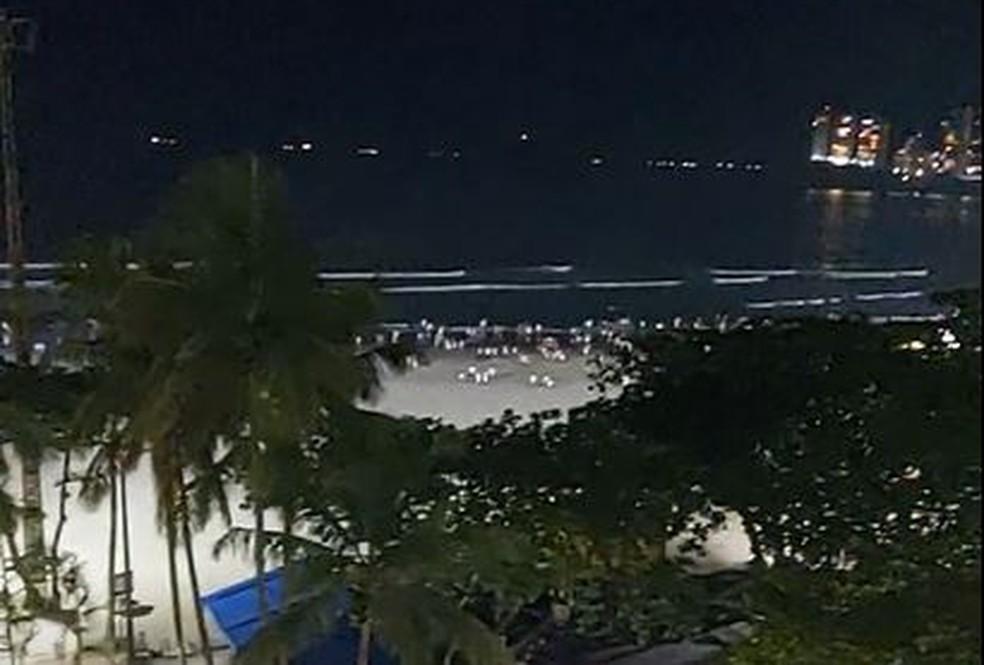 Pessoas invadiram a Praia de Pitangueiras, em Guarujá, e ficaram na faixa de areia — Foto: Arquivo pessoal/Sonia Maria Garcia Ormo