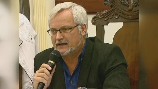 Velório de prefeito de Brotas, SP, reúne políticos, parentes e amigos na Câmara