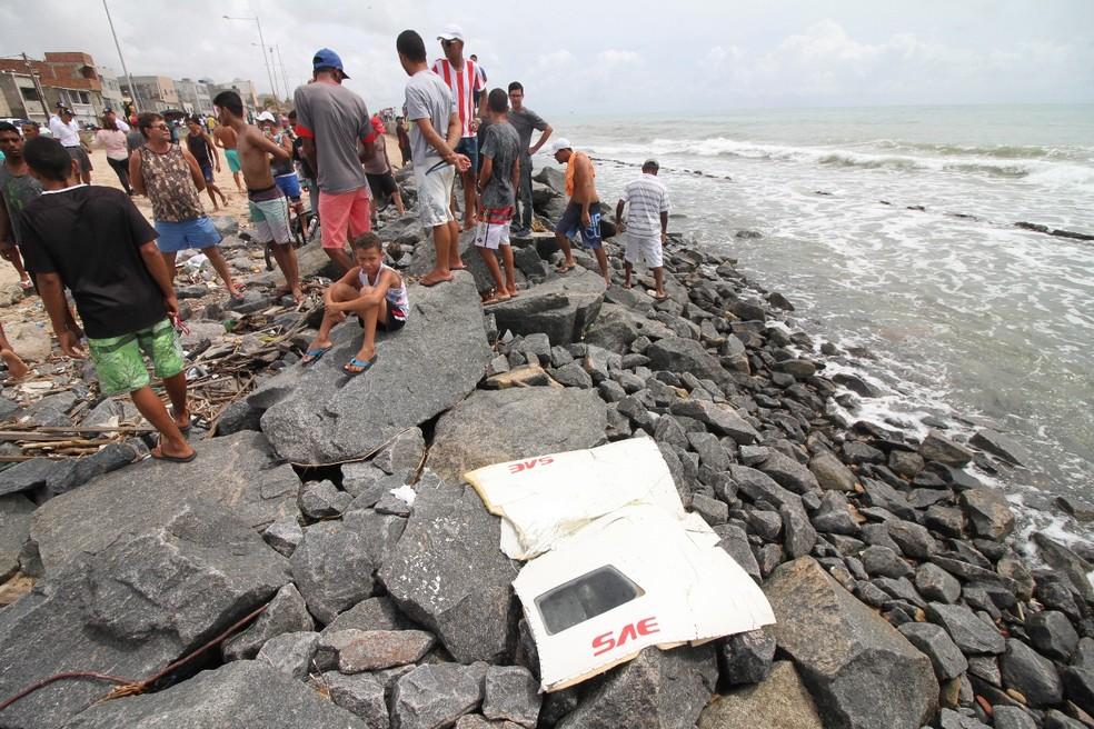 Partes da fuselagem do Globocop estão sendo retiradas do mar (Foto: Ado Carneiro/Pernambuco Press)