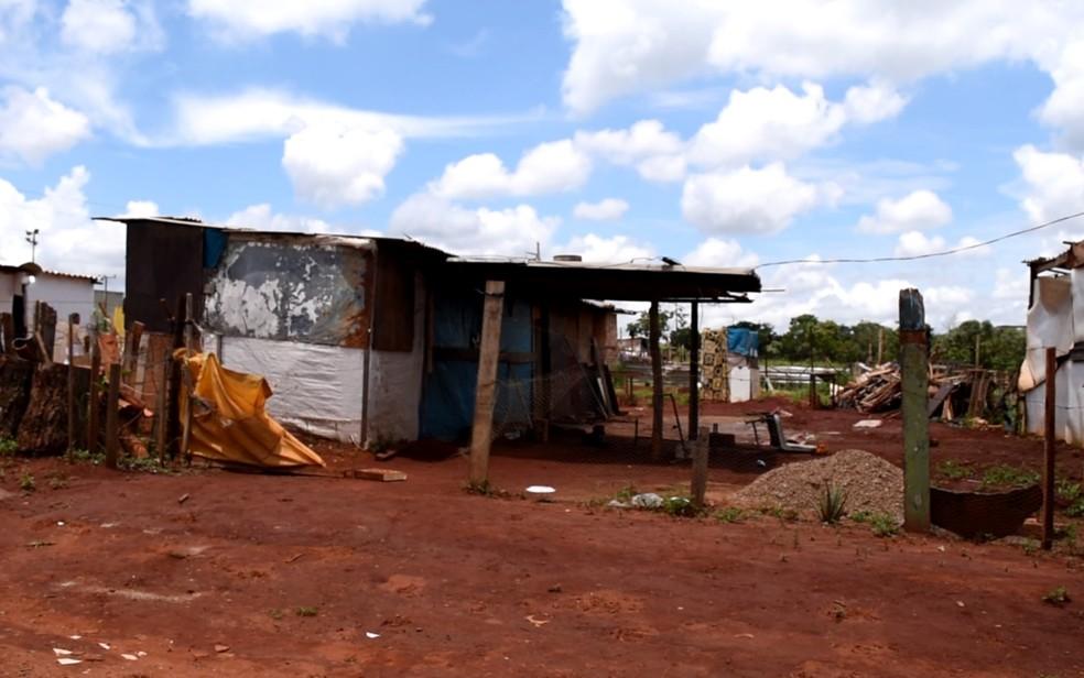 Casas no Setor Terra do Sol são construidas de maneira improvisada, em Aparecida de Goiânia — Foto: Vitor Santana/G1