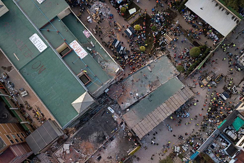 Voluntários buscam nesta quarta-feira (20) crianças soterradas após o desabamento da escola Enrique Rebsamen, na cidade do México  (Foto: Miguel Tovar/ AP)