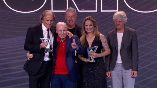 Jorge Jesus, do Flamengo, recebe de Zagallo o prêmio de melhor técnico do Brasileirão 2019