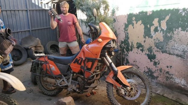 Kristo faz motociclismo na África todo ano durante o Natal e Ano Novo (Foto: KRISTO KAARMANN via BBC News Brasil)