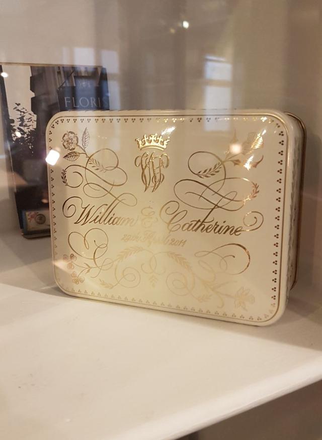 Caixa decorativa que continha o bolo de casamento de Kate e William, exposta nos escritórios da Floris, em Londres (Foto: Danilo Saraiva/QUEM)