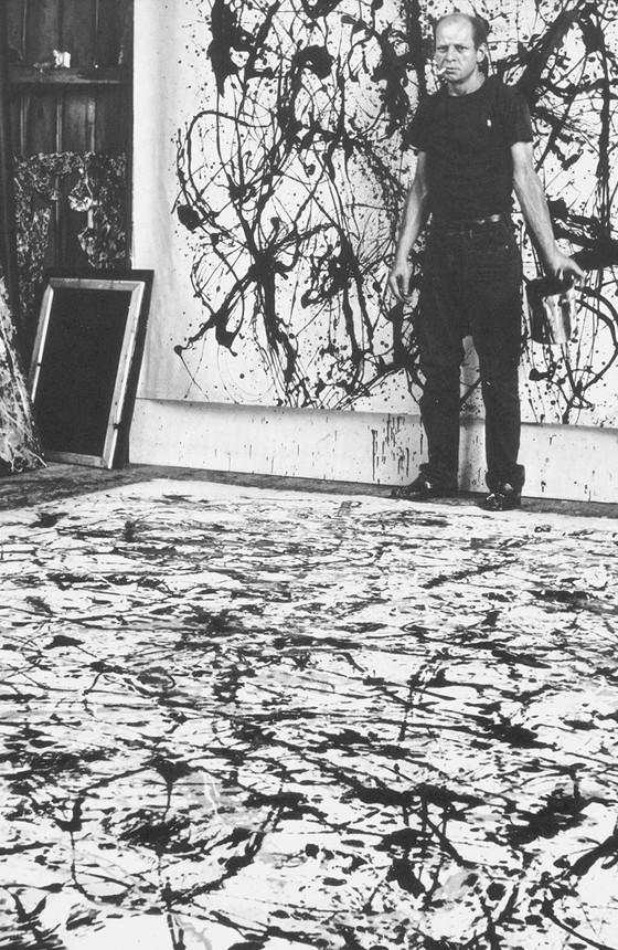 Jackson Pollock (1912-1956) revolucionou a pintura contemporânea ao desenvolver uma técnica na qual colocava as telas no chão e respingava tintas sobre elas, usando escovas ou bastões encharcados (Foto: BRIDGEMAN IMAGES/GLOW IMAGES)
