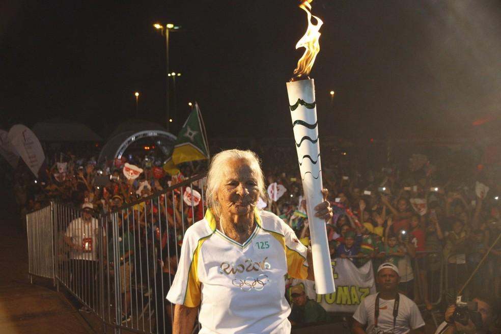 Aída Mendes, a Vovó Iaiá, carregou a tocha olímpica da Rio 2016 aos 107 anos — Foto: Divulgação/Rio 2016