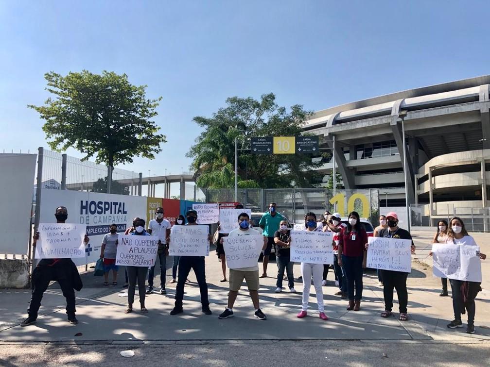 Funcionários do Hospital de Campanha do Maracanã protestam contra o atraso de salários — Foto: Andressa Gonçalves/TV Globo