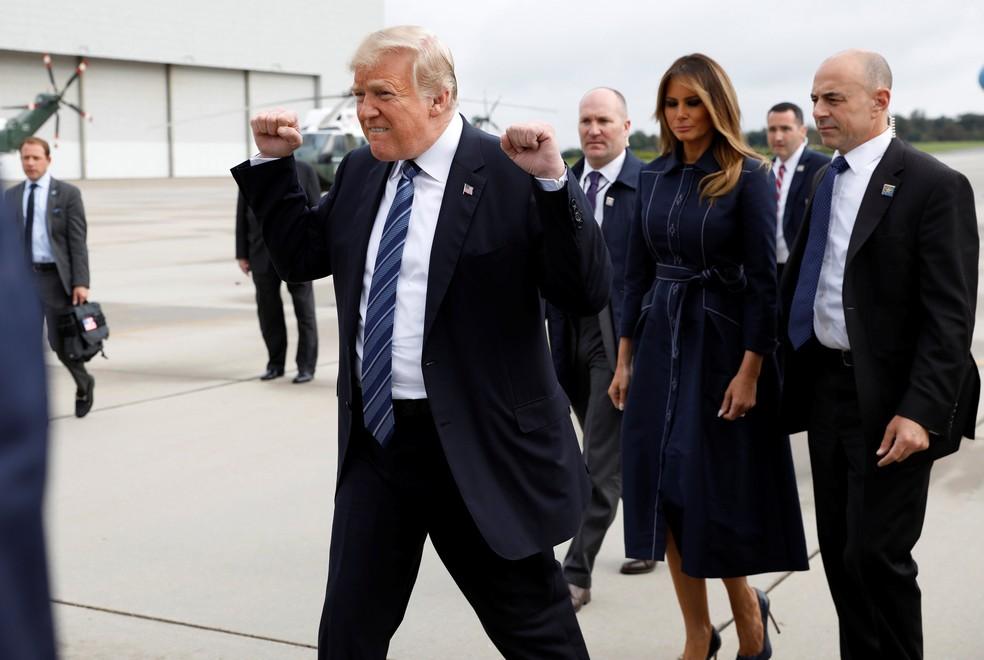Trump faz o gesto conhecido como 'pump fist' ao chegar no Aeroporto de Johnstown, na Pensilvânia (Foto: Reuters/Kevin Lamarque)