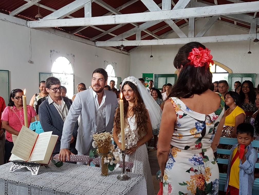 Ritinha e Zeca dizem 'sim' um ao outro no altar — Foto: TV Globo