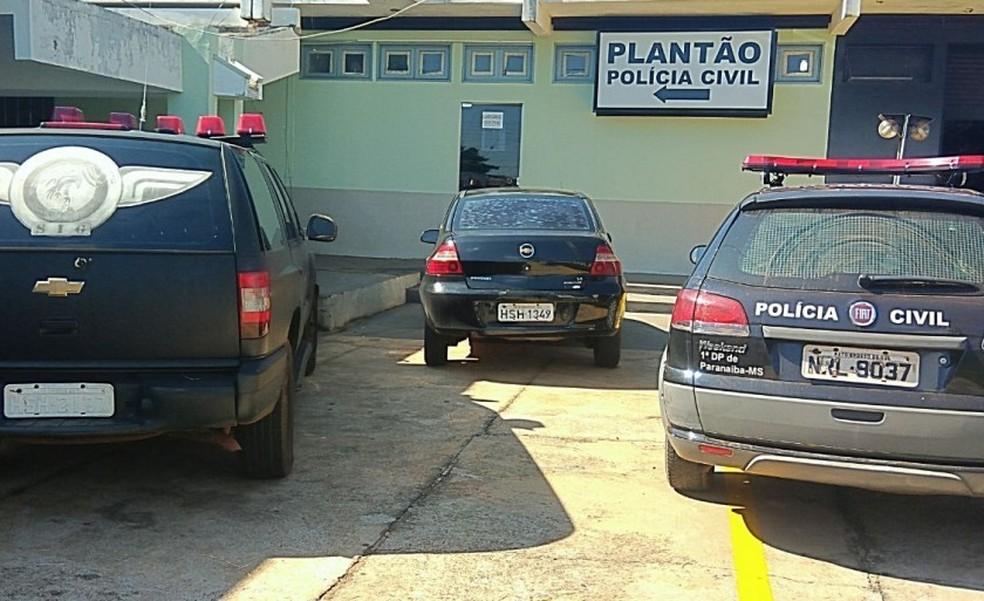 Jovem que matou a facadas ex-namorado da mãe se entrega à Polícia, em Paranaíba (MS). — Foto: JPNEWS/Foto