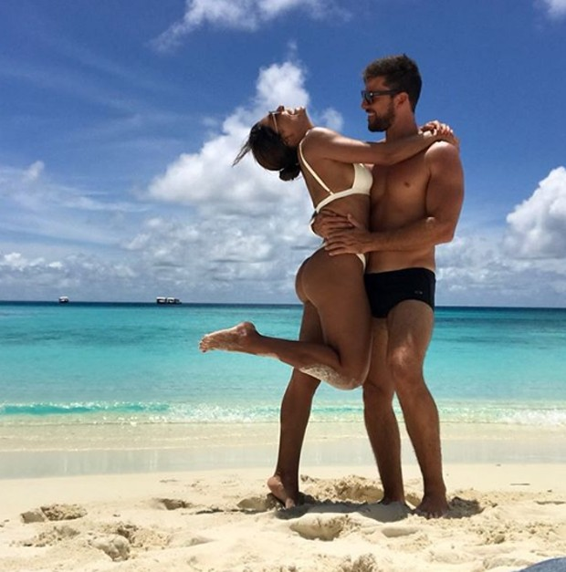 Juliana Paes e amigo nas Maldivas (Foto: Reprodução/Instagram)