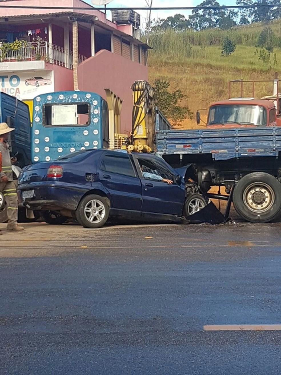 Homem fica preso nas ferragens após acidente em Jacareí (Foto: Rafael Moraes/Vanguarda Repórter )