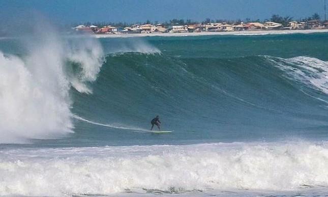 Ruan Polessa em onda grande na Praia do Forte, em Cabo Frio