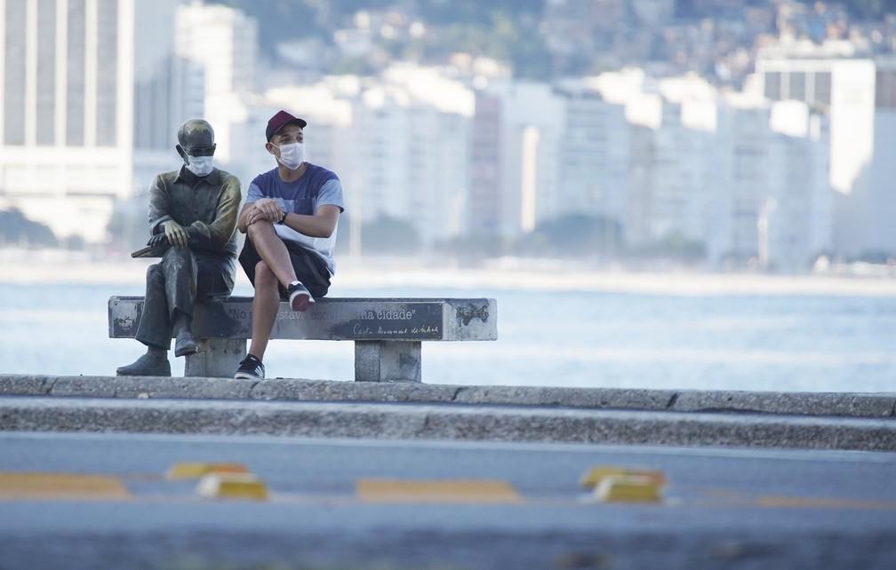 RJ, 28/04/2020 Estátua de Carlos Drummond de Andrade recebe máscara em Copacabana, Zona Sul do Rio — Foto: Marcos Serra Lima/G1