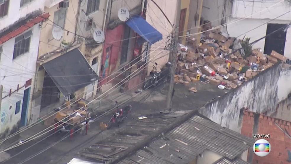 Carga roubada espalhada pela rua no Morro São João, no Engenho Novo, na Zona Norte do Rio. (Foto: Reprodução/ TV Globo)