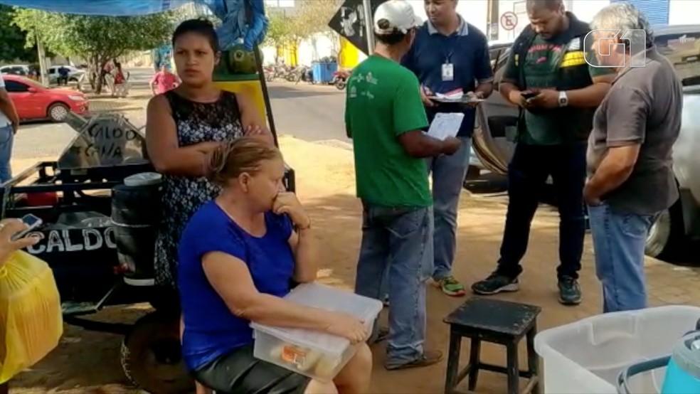 Imagem mostra idosa sentada durante apreensão — Foto: Divulgação
