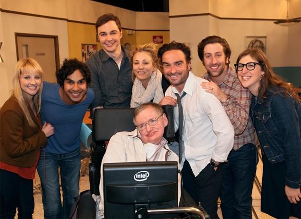 Stephen Hawking com parte do elenco de The Big Bang Theory, em 2012 (Foto: Reprodução)