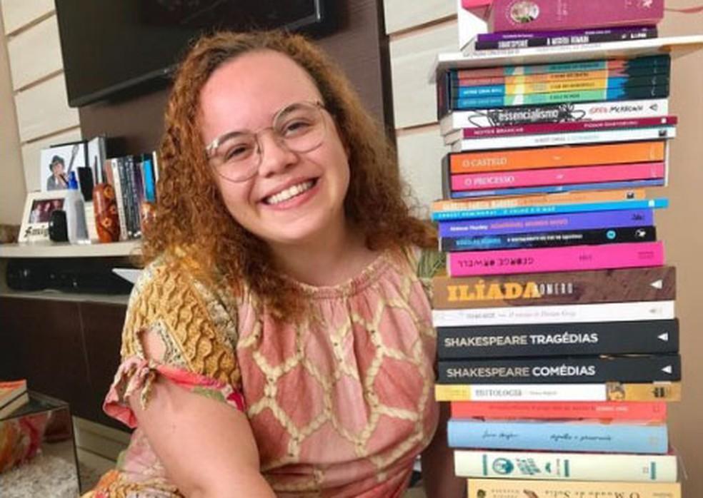Violoncelista e leitora voraz, a jovem Clara Mascarenhas, de 22 anos, foi uma das vítimas da Covid-19 na Bahia — Foto: Reprodução/Redes Sociais