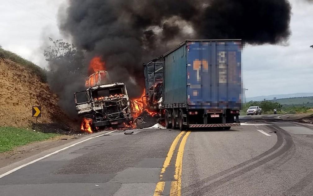 Batida entre carretas ocorreu na manhã deste sábado (24), na BR-116, no sudoeste da Bahia — Foto: Blog do Marcos Frahm