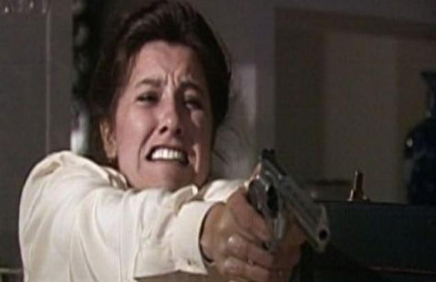 Leila (Cássia Kis) matou Odete Roitman (Beatriz Segall) em 'Vale tudo' (1989) (Foto: Reprodução da internet)