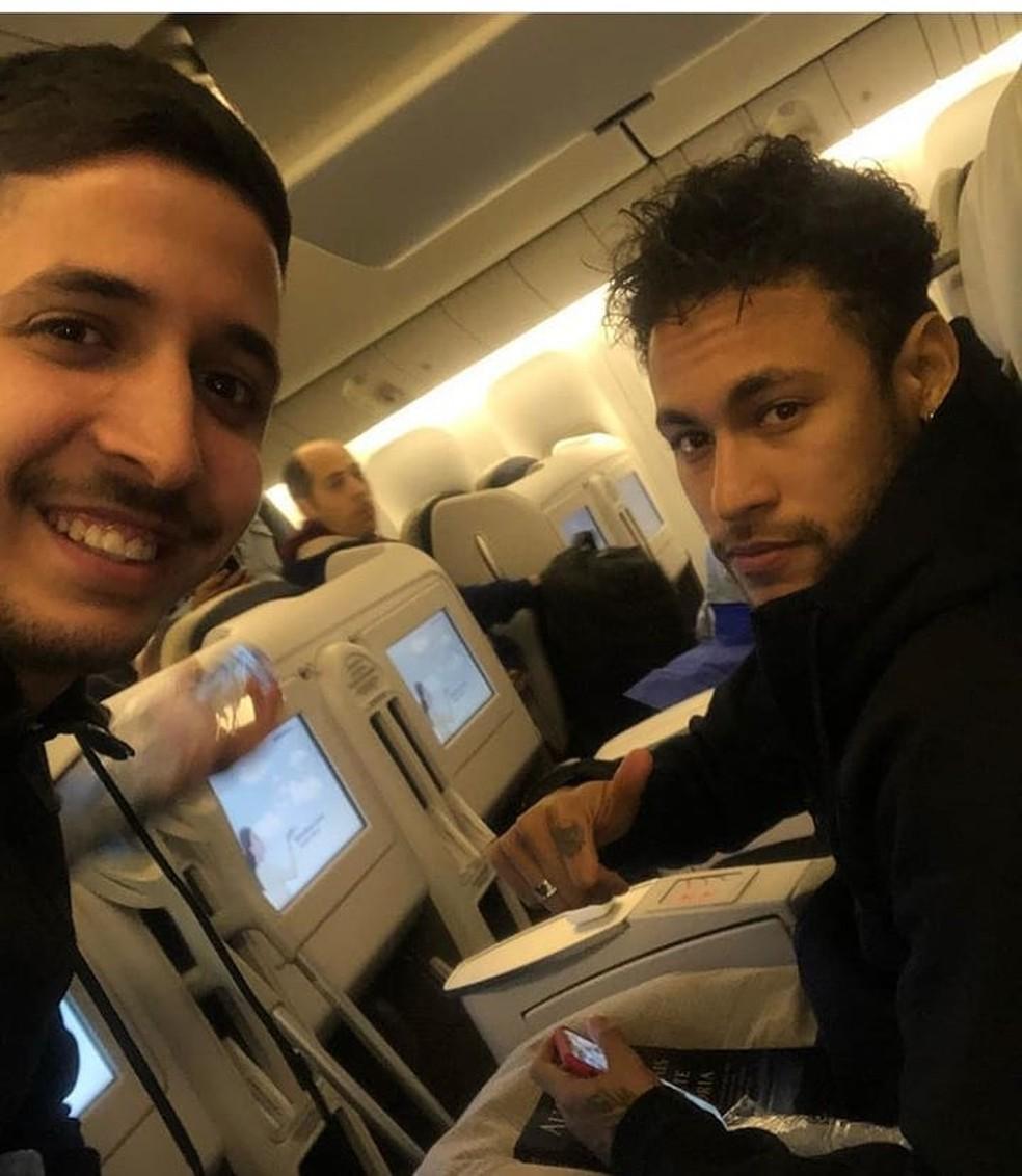 Neymar foi tietado durante o voo para o Brasil (Foto: Reprodução / Instagram)