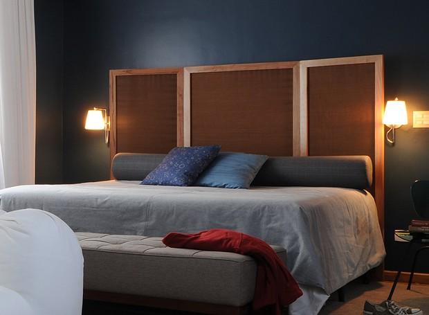 O designer de interiores Marcel Steiner também transformou o biombo em cabeceira neste quarto, com visual masculino (Foto: Marcelo Magnani/Editora Globo)