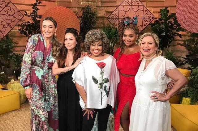 Mônica Martelli, Pitty, Gaby Amarantos e Astrid Fontenelle com Alcione, que participará do 'Saia justa verão musical' (Foto: Divulgação GNT)
