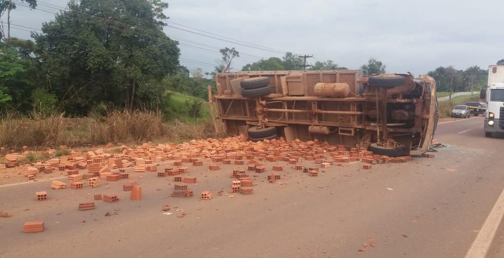 Caminhão que transportava tijolos tombou em trecho da BR-364 — Foto: WhatsApp/Reprodução