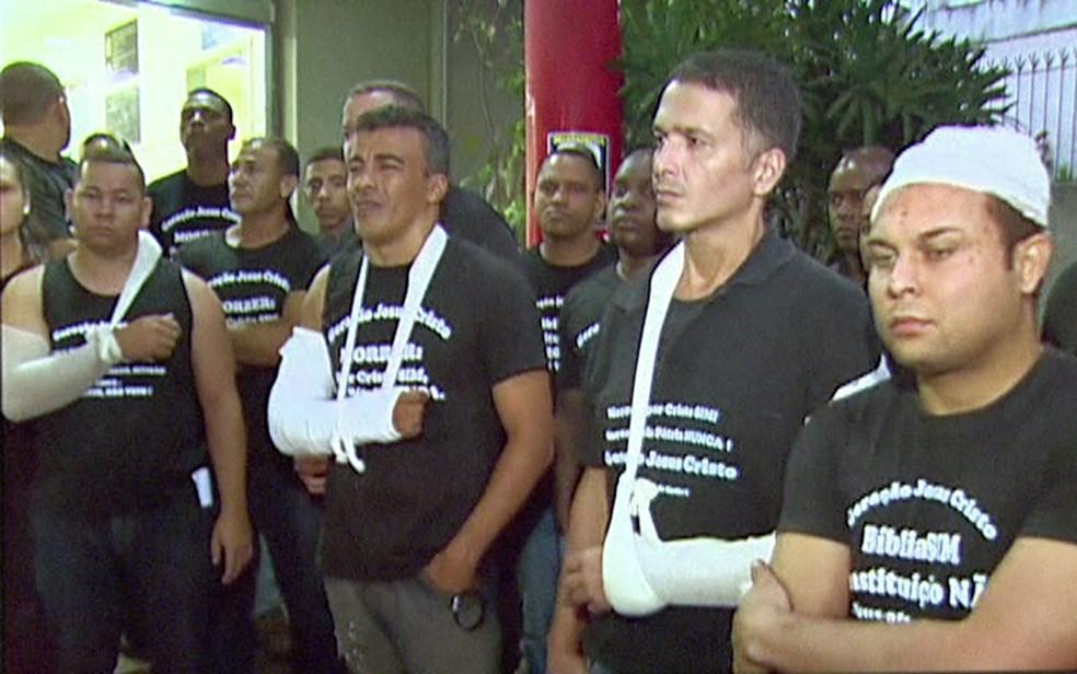 Membros da Geração na porta do Hospital Miguel Couto, na Gávea (Foto: Reprodução / TV Globo)