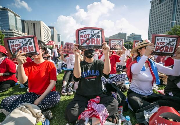 Mulheres em protesto contra o sexismo e as câmeras escondidas usadas para pornografia em agosto de 2018 em Seul, na Coreia do Sul. Mais de 40 mil mulheres organizaram o protesto para pedir ao governo que defina medidas para combater o abuso sexual envolve (Foto: Jean Chung/Getty Images)